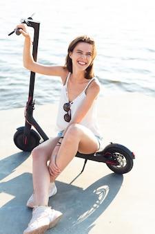 Mulher sorridente sentado na scooter