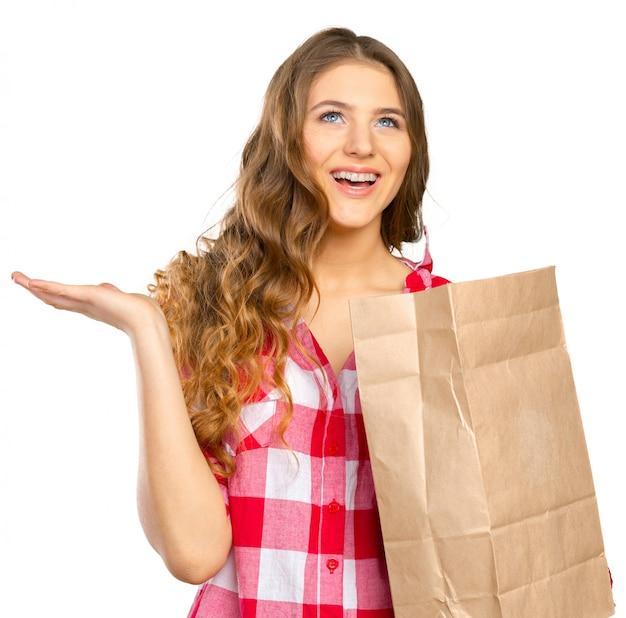 Mulher sorridente, shopping