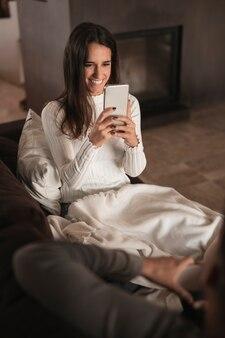 Mulher sorridente tirando fotos do namorado