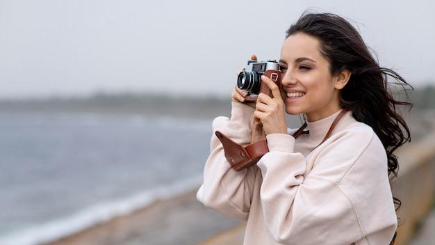 Mulher sorridente tirando fotos