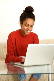 Mulher sorridente, trabalhando casa, com, laptop