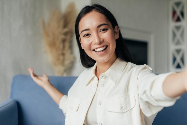 Mulher sorridente transmitindo ao vivo com seu telefone