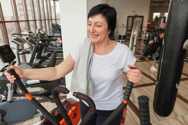 Mulher sorridente treinando em bicicleta