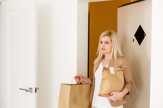 Mulher sorridente trouxe comida encomendada de entrega em casa