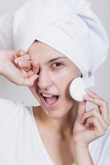 Mulher sorridente usando almofadas de algodão