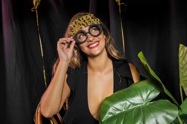 Mulher sorridente, usando feliz ano novo 20202 óculos