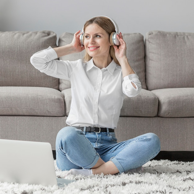 Mulher sorridente usando fones de ouvido