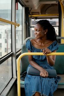 Mulher sorridente viajando de ônibus