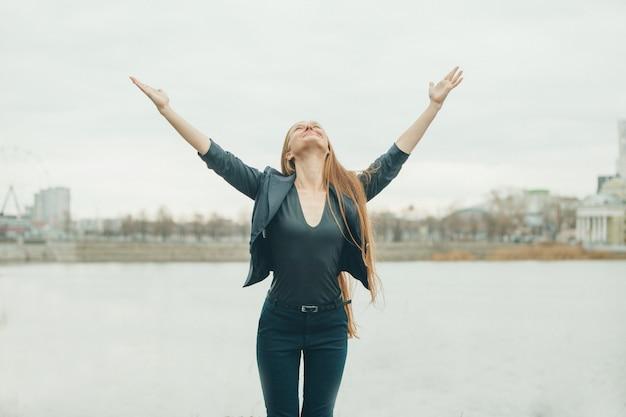 Mulher sorrindo com os braços separados em surpresa. o conceito de manifestações de emoções