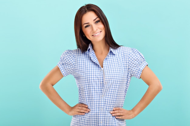 Mulher sorrindo contra um fundo azul