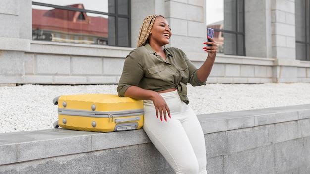 Mulher sorrindo durante uma videochamada