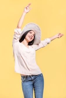 Mulher sorrindo e acenando as mãos para cima