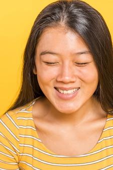 Mulher, sorrindo, e, olhando baixo