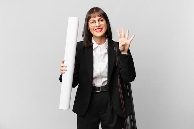 Mulher sorrindo e parecendo amigável, mostrando o número quatro ou o quarto com a mão para a frente, em contagem regressiva