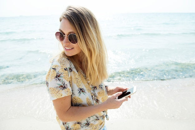 Mulher sorrindo e relaxando à beira-mar