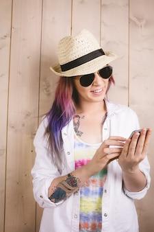 Mulher sorrindo enquanto estiver usando telefone celular