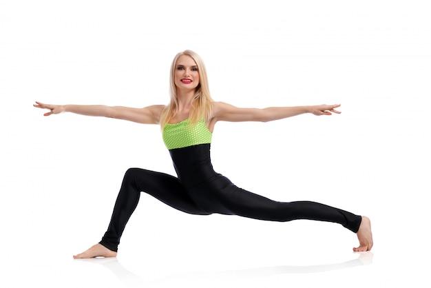 Mulher sorrindo enquanto fazia yoga