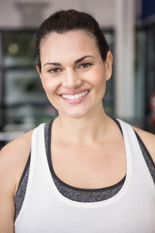 Mulher sorrindo no sportswear no ginásio