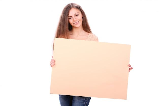 Mulher sorrindo segurando um cartaz em branco