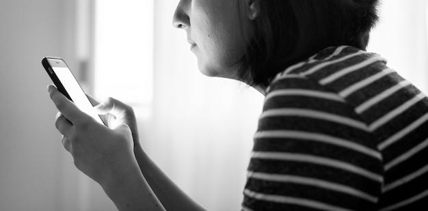 Mulher sozinha com o telefone na mão