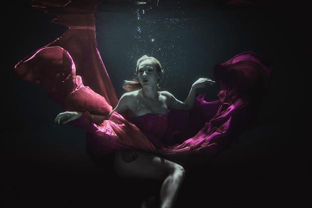 Mulher subaquática