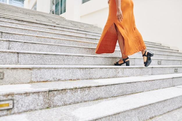 Mulher subindo as escadas