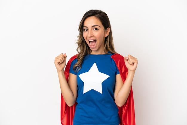 Mulher super-heroína sobre fundo branco isolado comemorando vitória na posição de vencedora