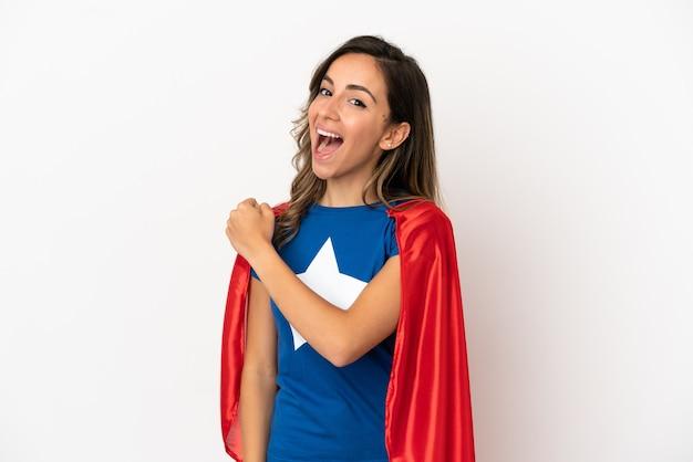 Mulher super-heroína sobre fundo branco isolado comemorando vitória