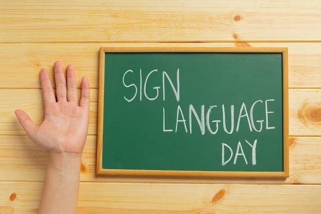 Mulher surda asiática usando linguagem de sinais.