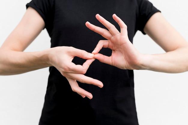 Mulher surda se comunicando através da linguagem gestual