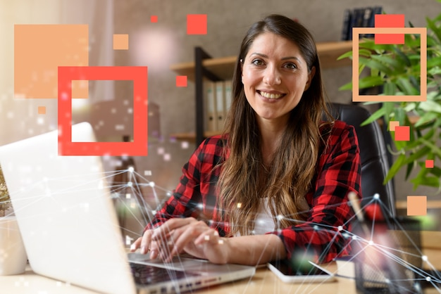 Mulher surfa na internet com seu laptop. ela trabalha em casa tão inteligente trabalhando