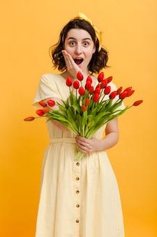 Mulher surpreendida com buquê de flores