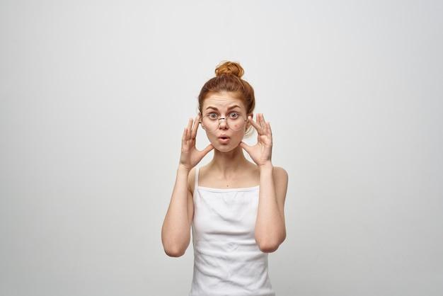 Mulher surpreendida com espinha no rosto dermatologia tratamento para pele limpa