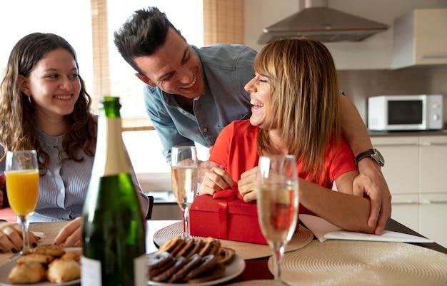 Mulher surpreendida com presente em reunião familiar