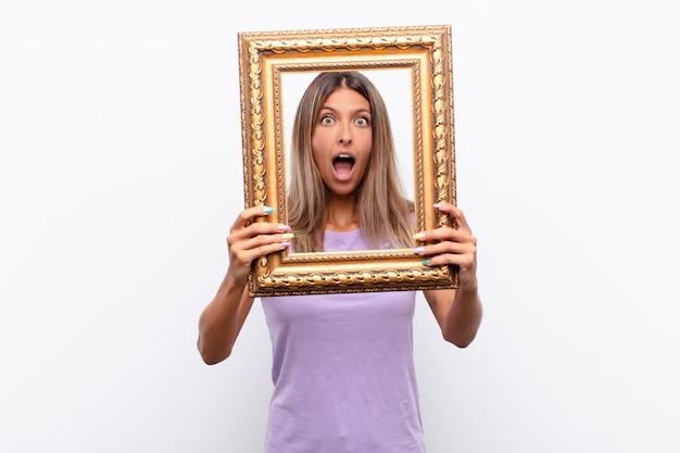 Mulher surpreendida com uma moldura dourada