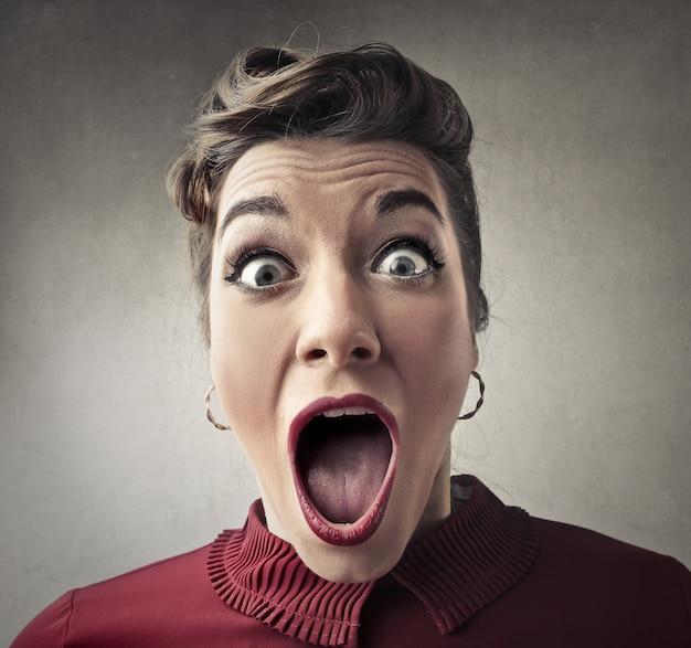 Mulher surpreendida e chocada