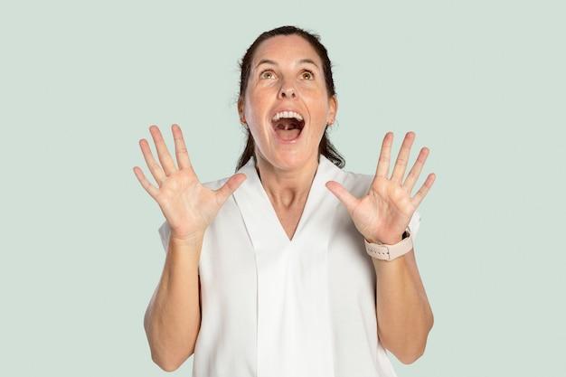 Mulher surpreendida em um retrato de camisa branca