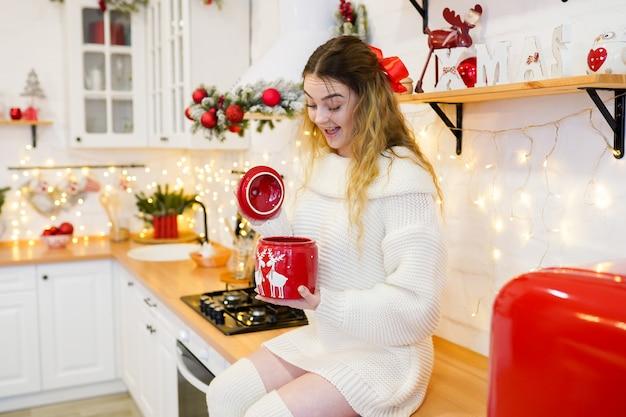Mulher surpreendida na cozinha decorada de natal