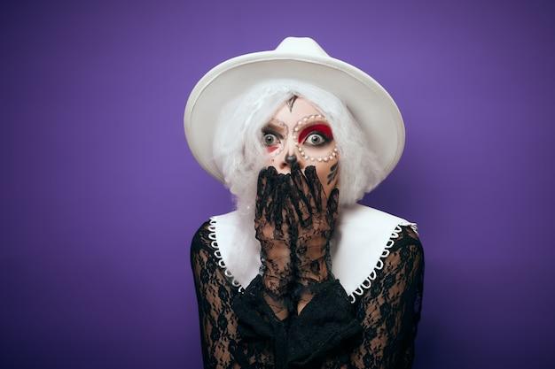Mulher surpresa assustada com fantasia de halloween