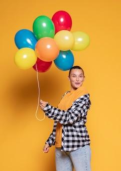 Mulher surpresa com balões multicoloridos