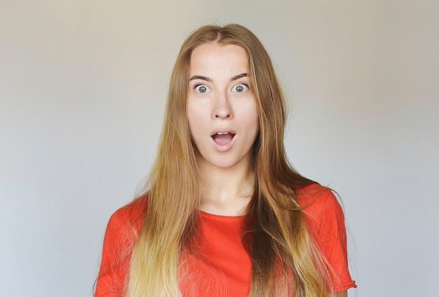 Mulher surpresa de vermelho