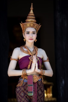 Mulher tailandesa em traje tradicional tailandesa