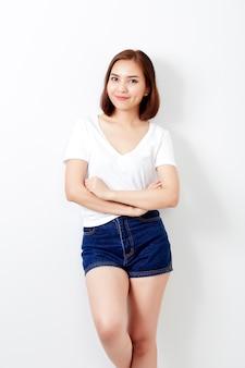 Mulher tailandesa na parede de jeans e camiseta