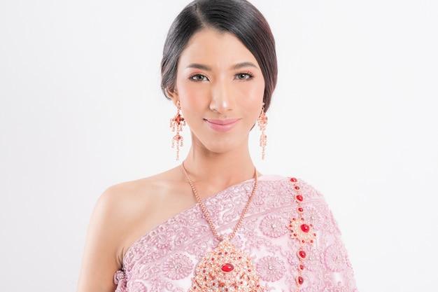 Mulher tailandesa vestindo tradicional típico.