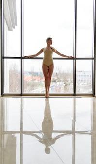Mulher talentosa e esguia dançando