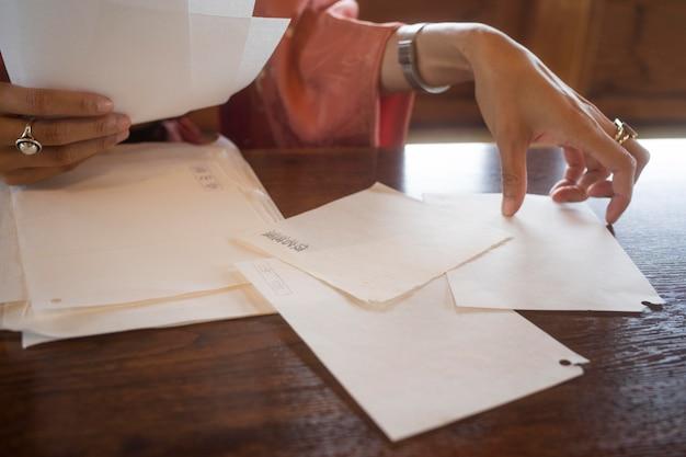 Mulher talentosa trabalhando com papel japonês