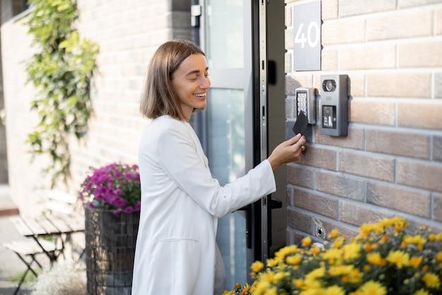 Mulher tem acesso para entrar em casa com cartão