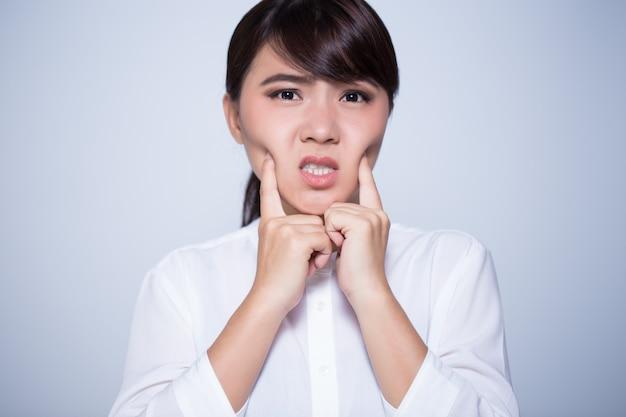 Mulher tem dor de dente