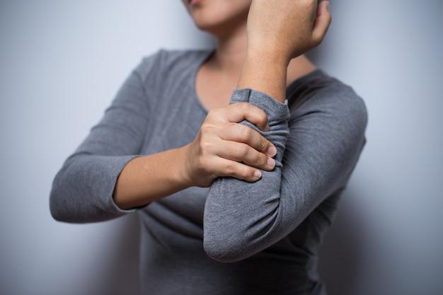Mulher tem dor no braço