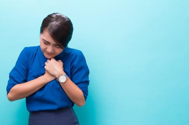 Mulher tem dor no peito